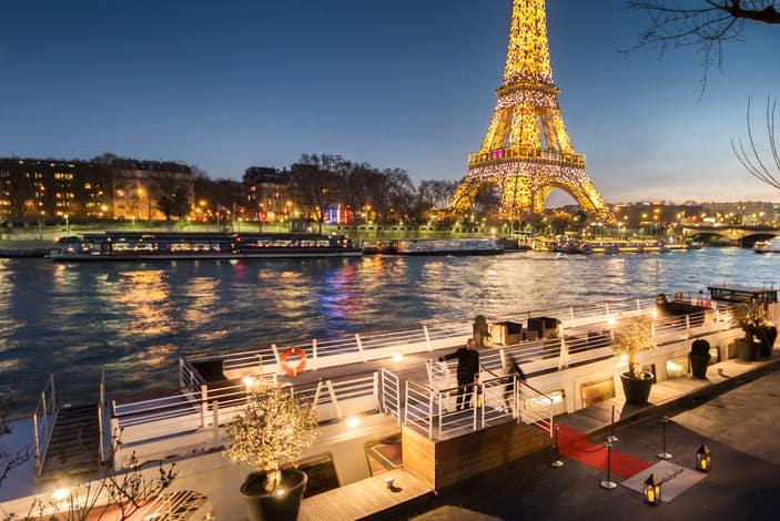 La terrasse du Montebello fasse à la Tour Eiffel illuminée