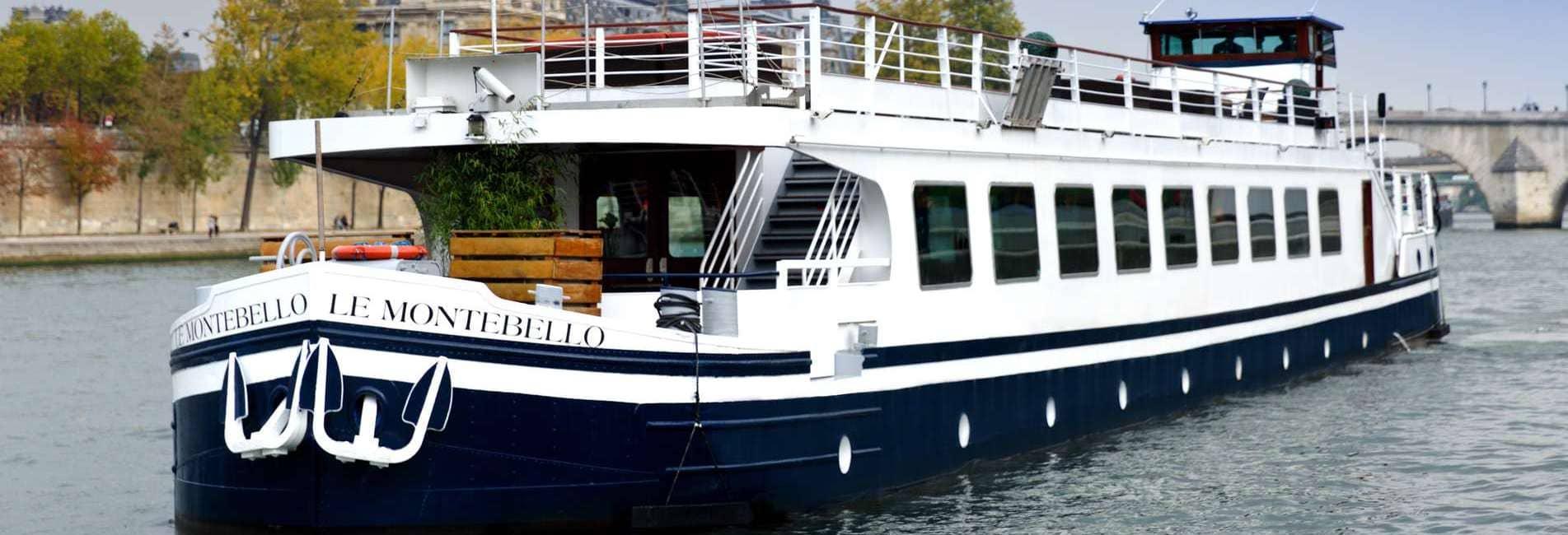 Péniche Montebello en navigation sur la Seine