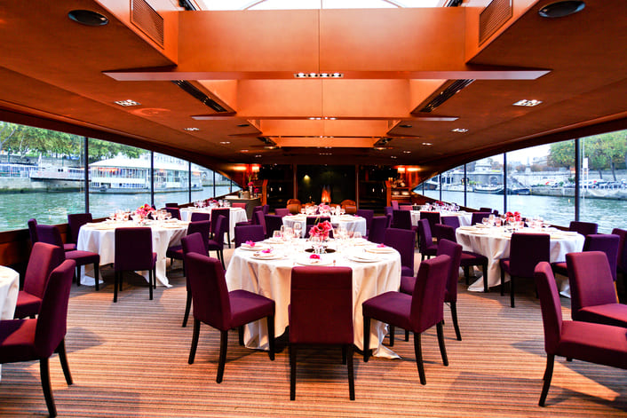 Table dressée déjeuner sur le Paris