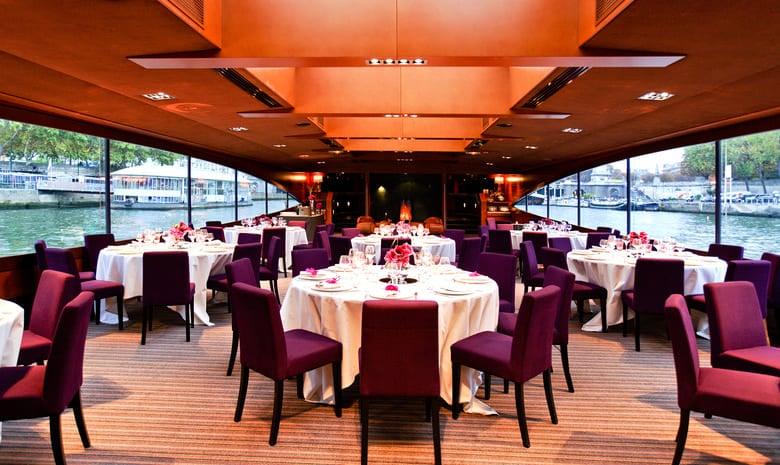 Table dressée dîner sur le Paris
