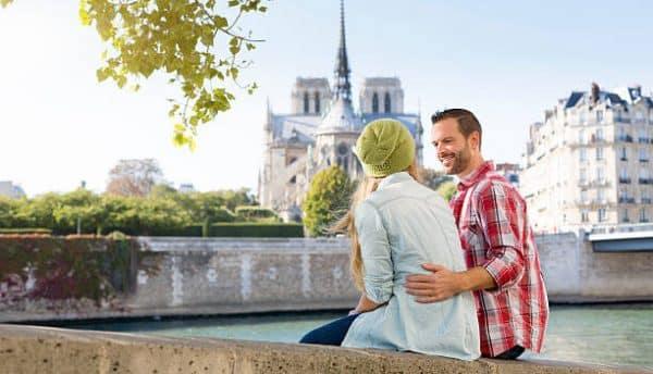 Couple assis face à Notre-Dame