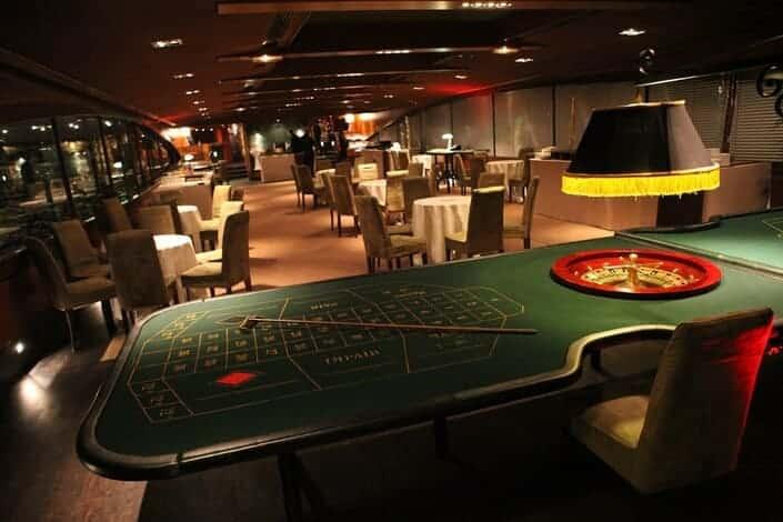 Animation casino à bord d'une péniche