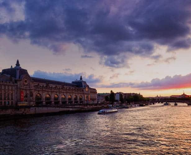Coucher de soleil sur le Musée d'Orsay sur la Seine