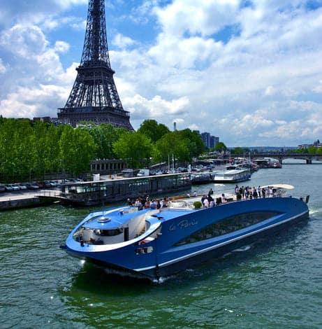 Le Paris en navigation face à la Tour Eiffel